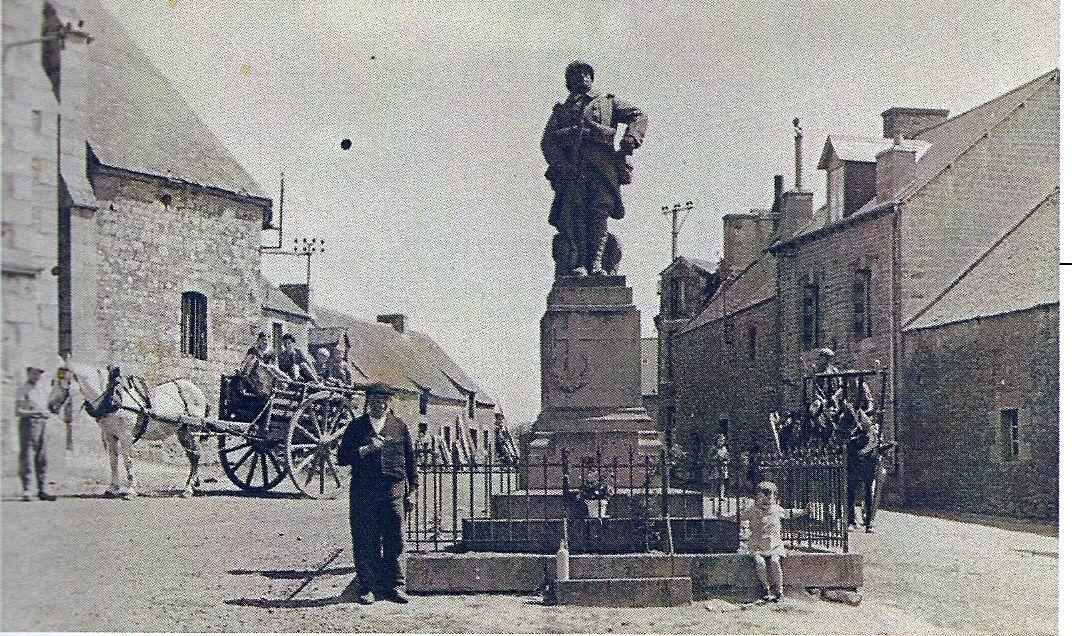 le monument en 1948 et en 1955 - il a été déplacé près de l'église depuis.