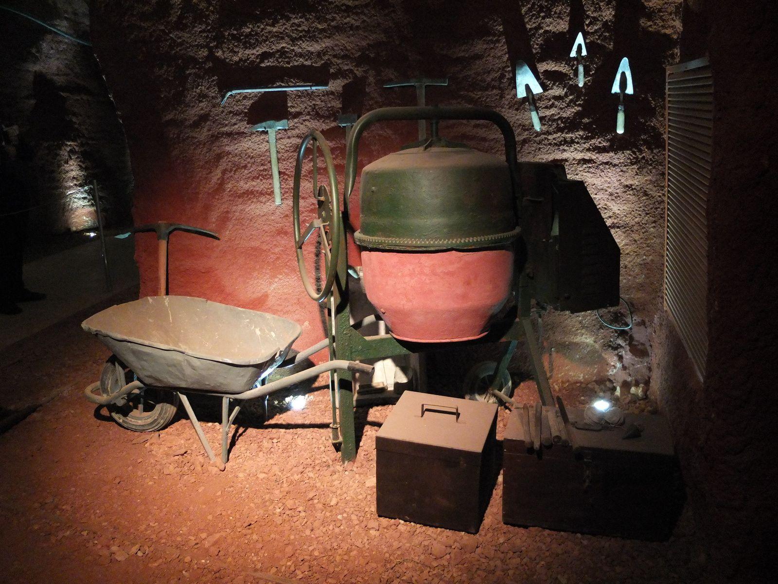 L'atelier du maçon qui intervenait pour construire des caniveaux d'évacuation de l'eau, ennemi n°1 dans les mines de bauxite.