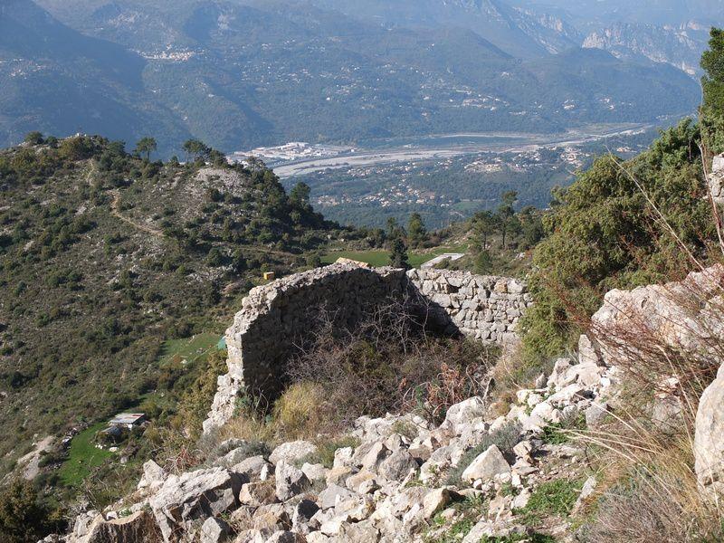 Face au mur en ruine, sur la butte, probable vestige de castellaras