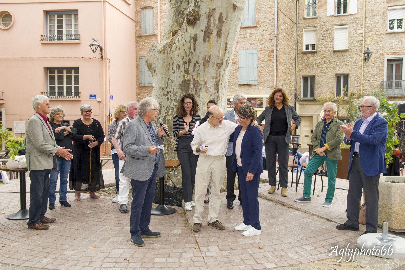 Lluis-Anton Baulenas reçoit son prix Jean Morer (100 bouteilles de vin) des mains de Martine Delcamp, adjointe à la culture.