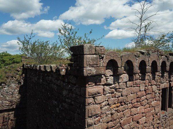 Lutzelbourg, pierre d'angle du logis nord, avec les armoiries des Rathsamhausen