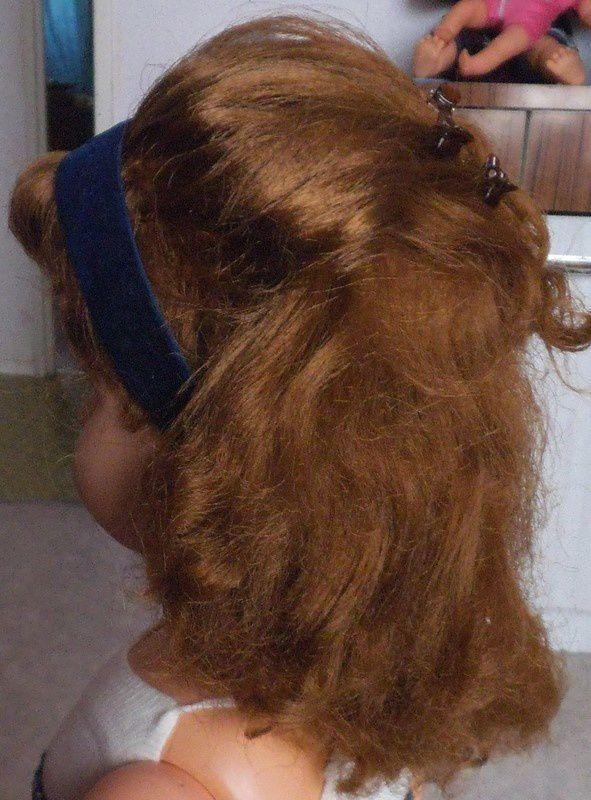 démêler des cheveux de poupée