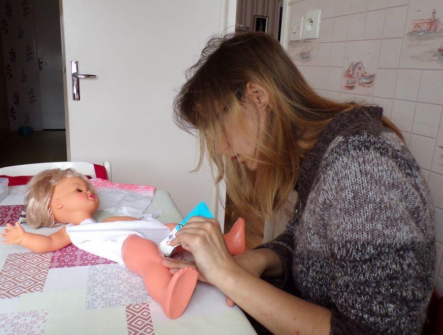 refaire un corps de  poupée ; et  une photo de Maxwell  ;Victoria Lynn