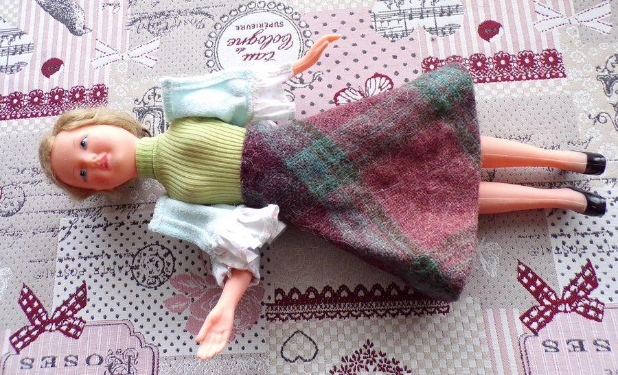poupée habillée avec des vêtements de Annie