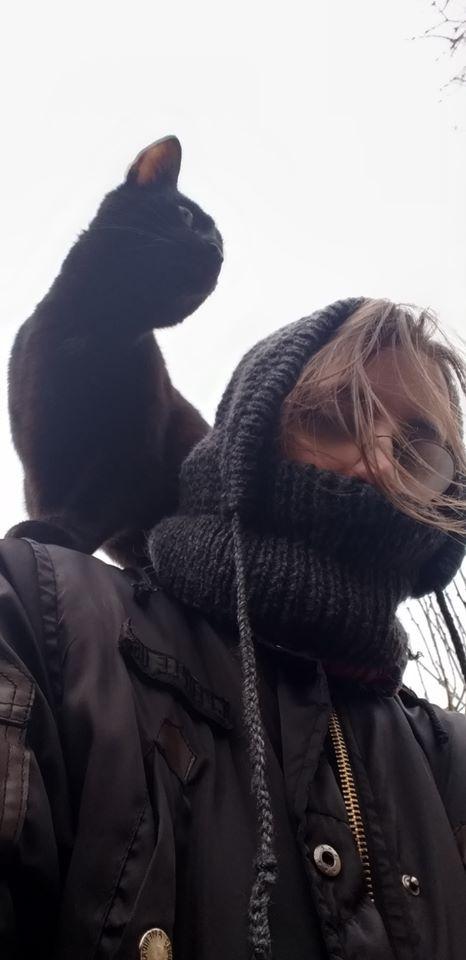 avec  un chat sur l'épaule ; par Victoria Lynn
