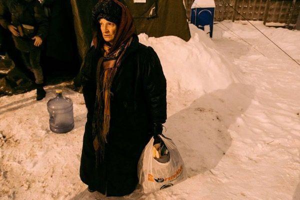 Une femme attend l'ouverture de la tente chauffée de l'association Notchlejka à Saint-Pétersbourg