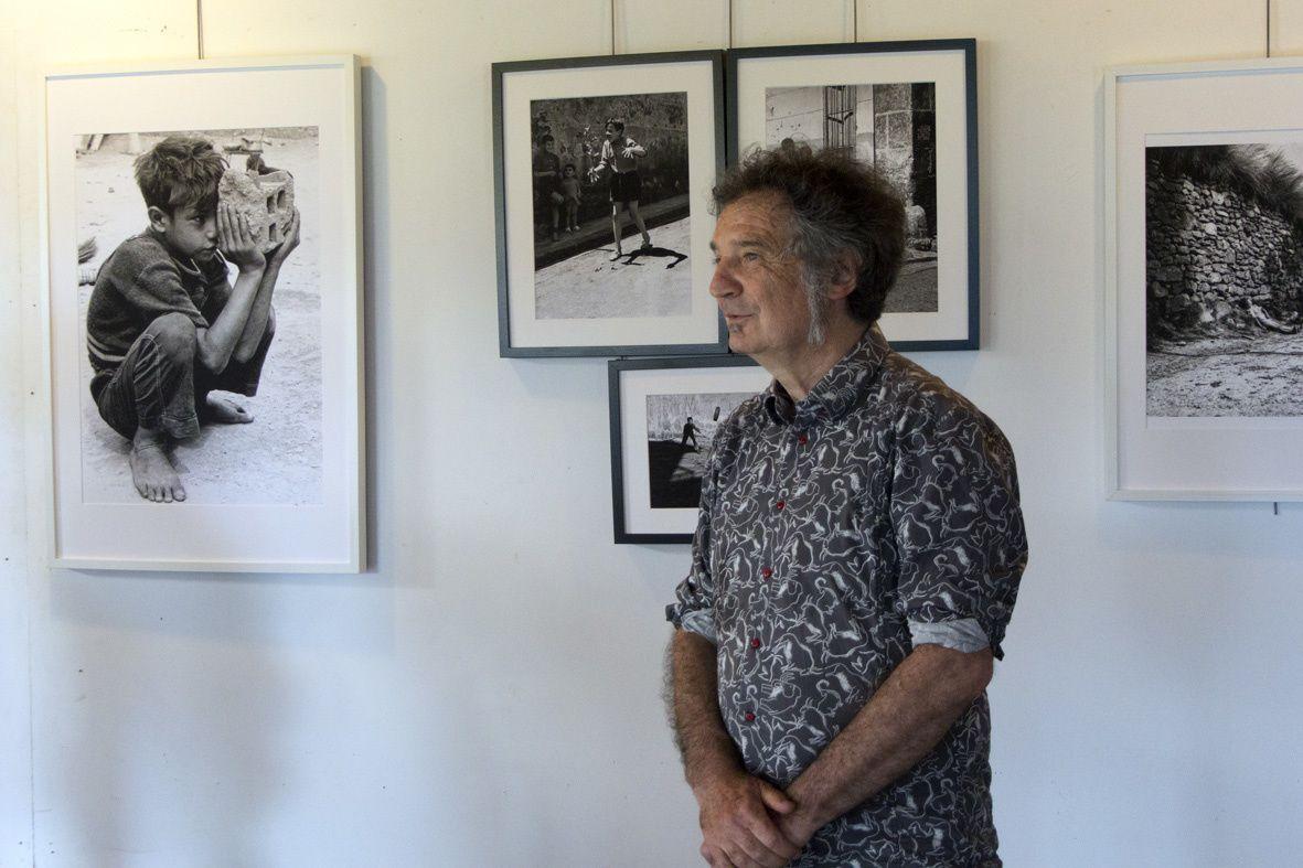 Jean Milon, ancien élève d'André Vick-Mengus devant les photos de celui-ci