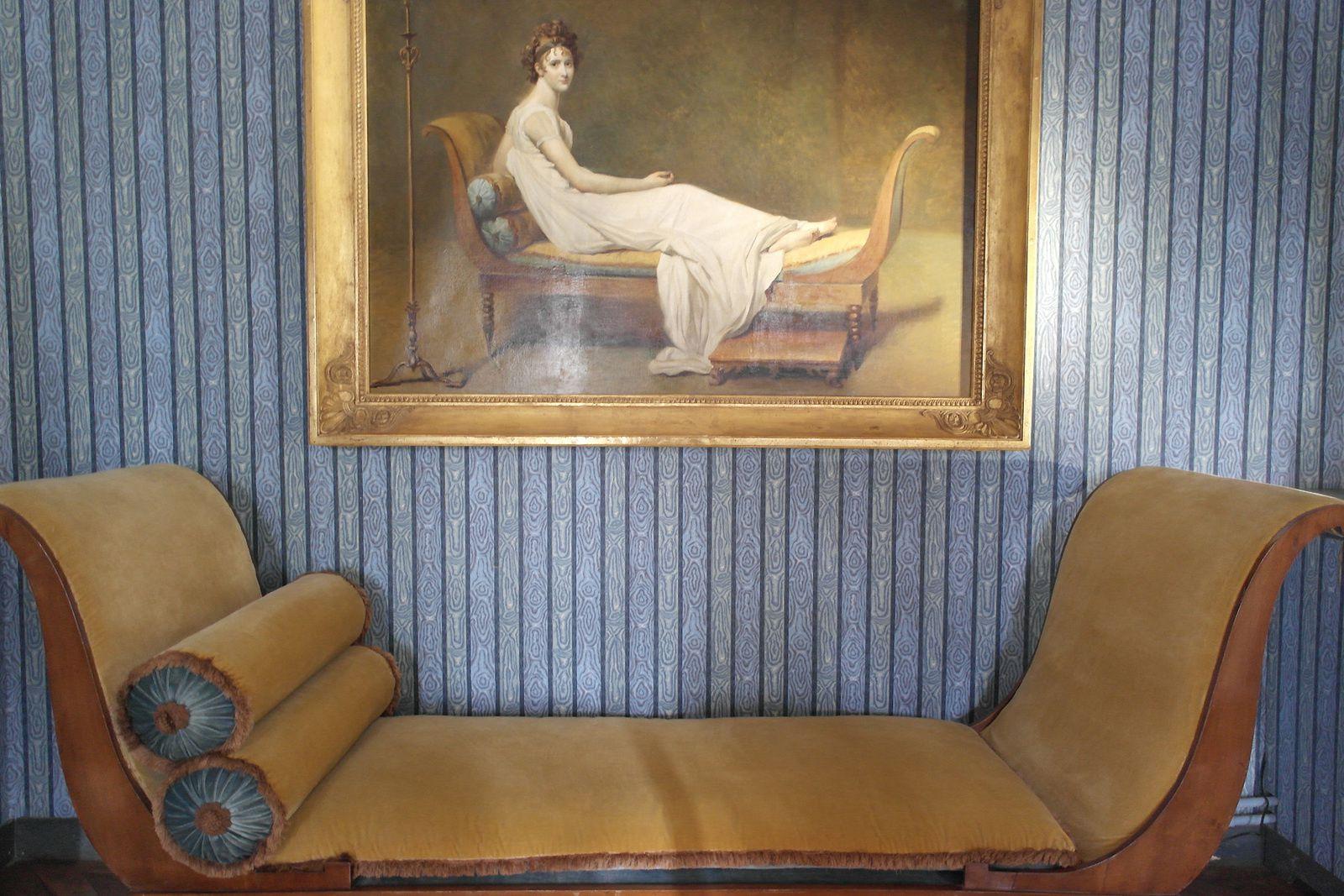 Portrait de Juliette Récamier, amie, amante de Chateaubriand. En dessous, la célèbre méridienne où elle se reposait pour être peinte.