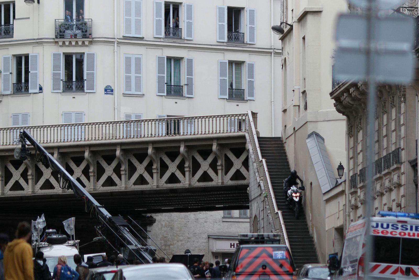 La moto démarre rue de Madrid, passe sur le pont et descend l'escalier rue Portalis