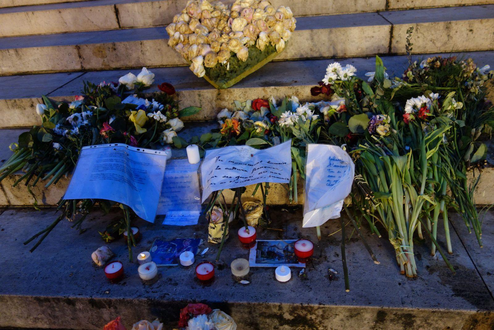 Et depuis il y a sur les marches menant à l'église de la Madeleine quelques bouquets de fleurs et des mots,