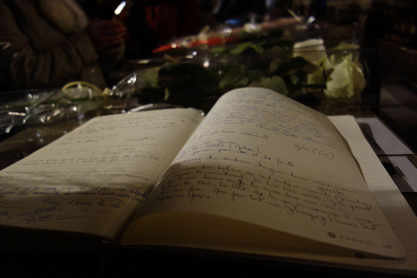 ainsi qu'à l'intérieur de l'église, un livre reste ouvert pour y déposer un message, et qui sera remis à la famille.