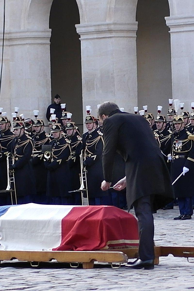 """Emmanuel Macron dépose un simple crayon sur le cercueil: """"Un crayon, un simple crayon, le crayon des enchantements"""""""