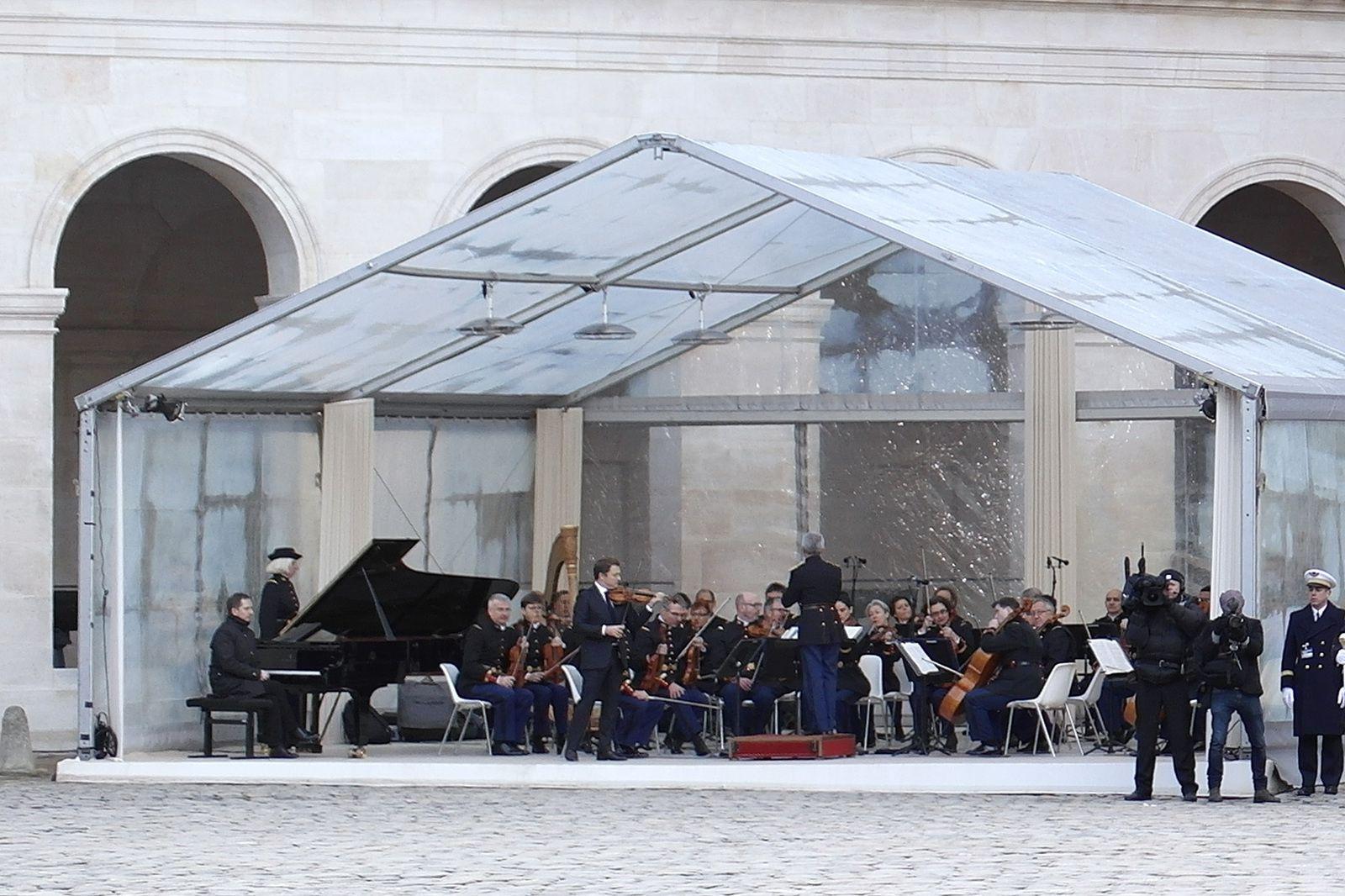 Le violonniste Renaud Capuçon (à gauche du chef d'orchestre)
