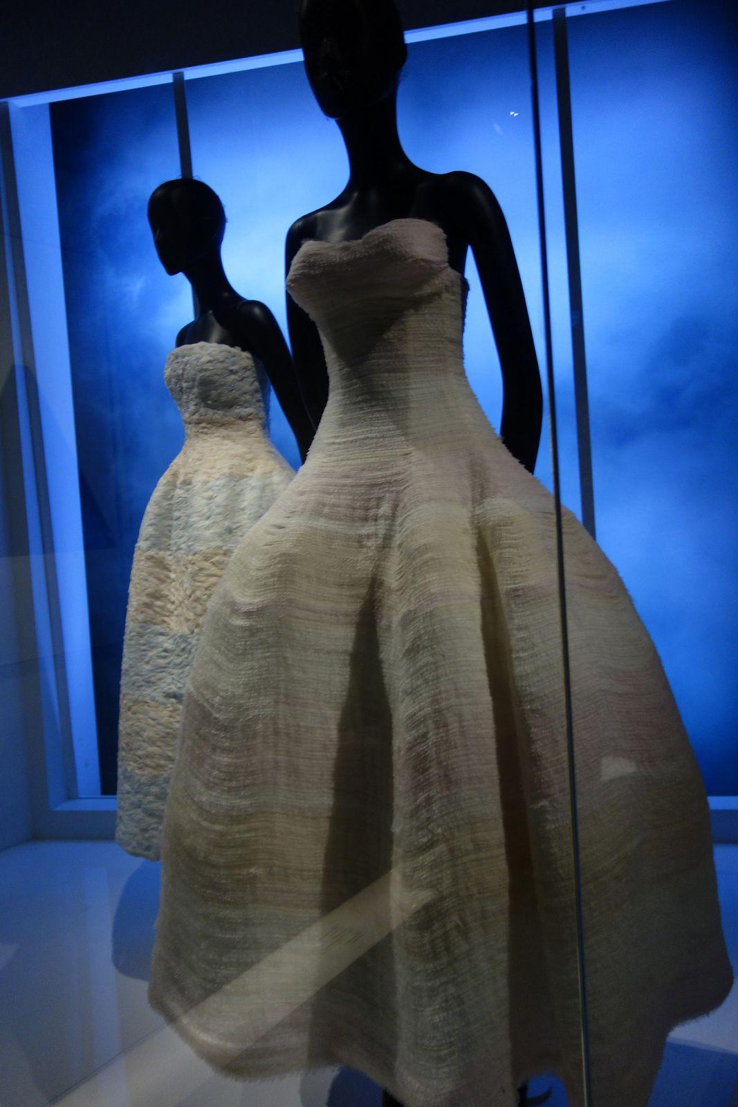 La robe New look; silhouette de femme-fleur à la jupe ample en corolle et le buste étroit en forme de calice