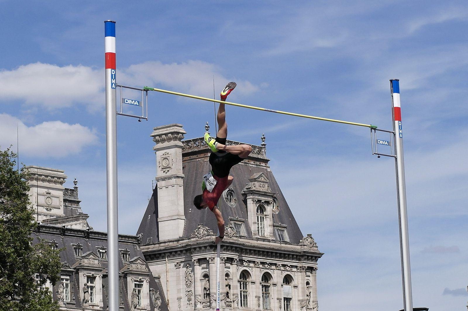 RENAUD LAVILLENIE : exhibition de saut à la perche devant la mairie de Paris (23/06/2018)