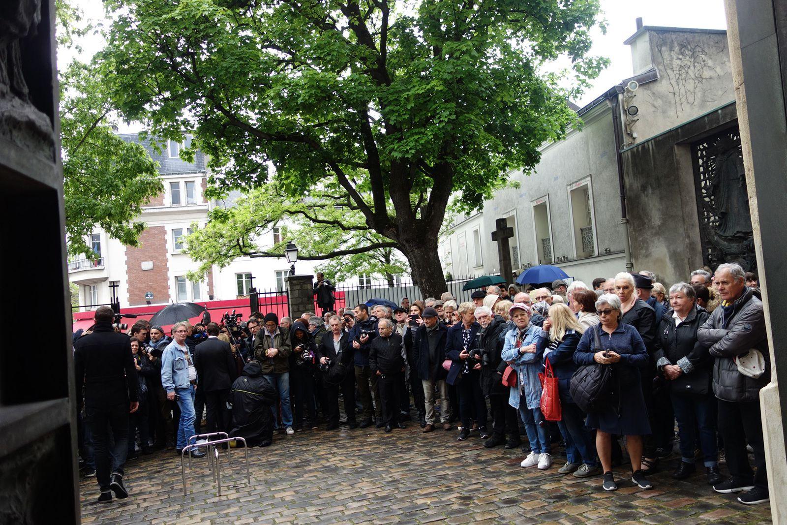 La foule devant l'église Saint-Pierre de Montmartre
