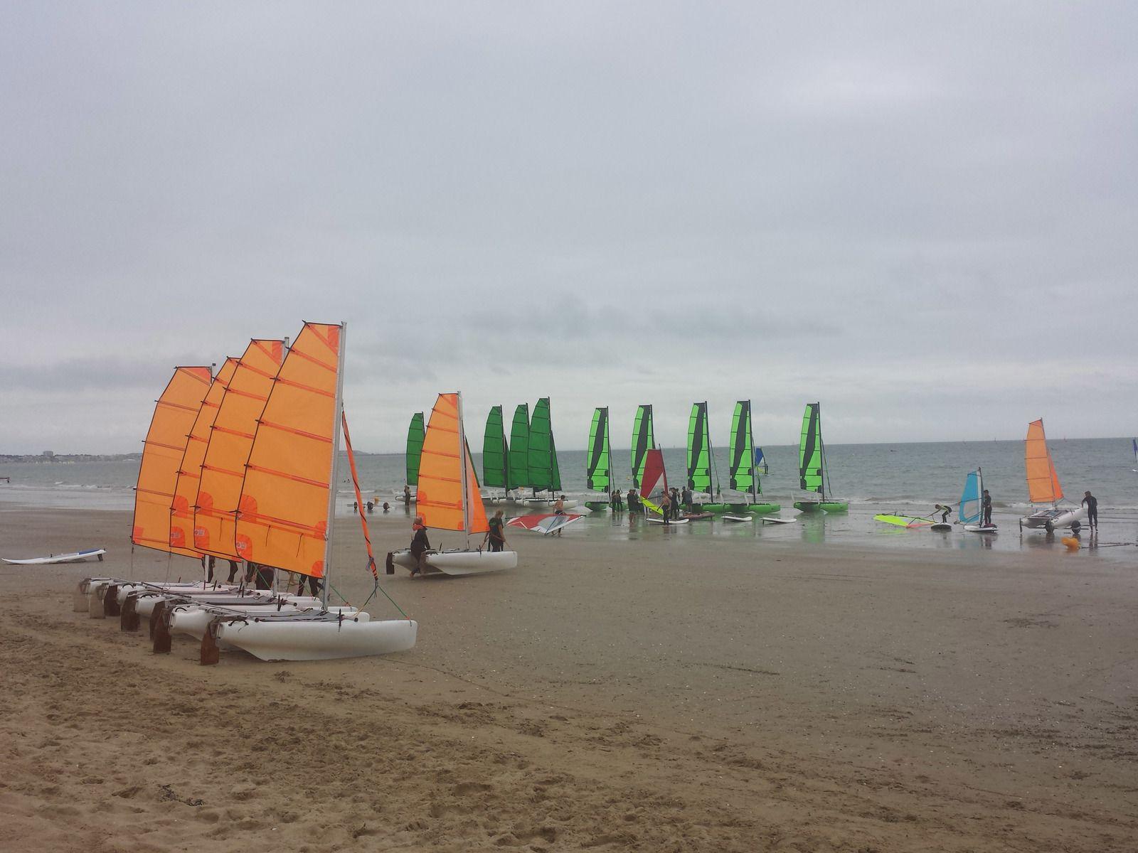 La plage et ses catamarans