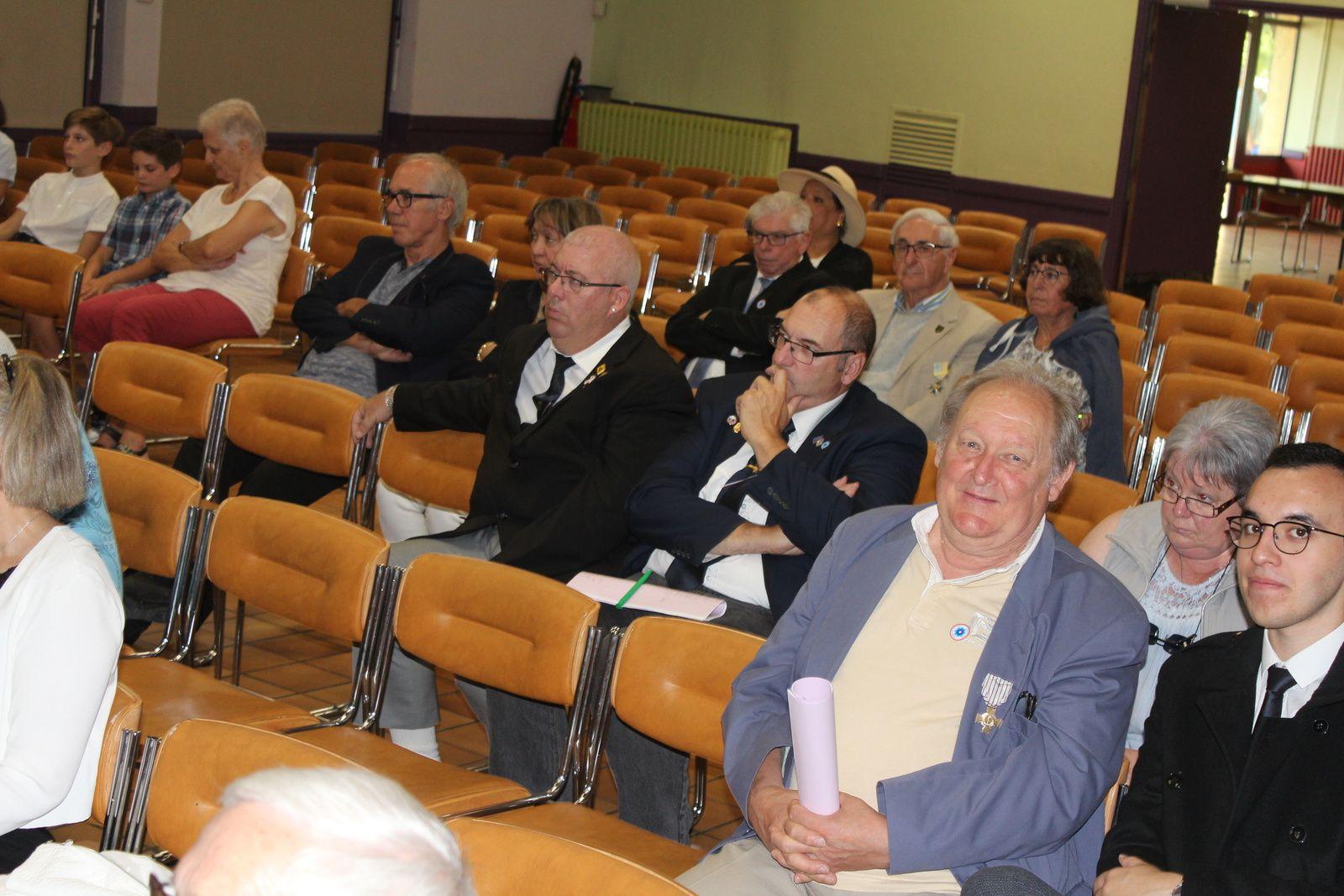 Photos Alain VALON: Arrivée fur à mesure des participants à la salle de la Charpenterie