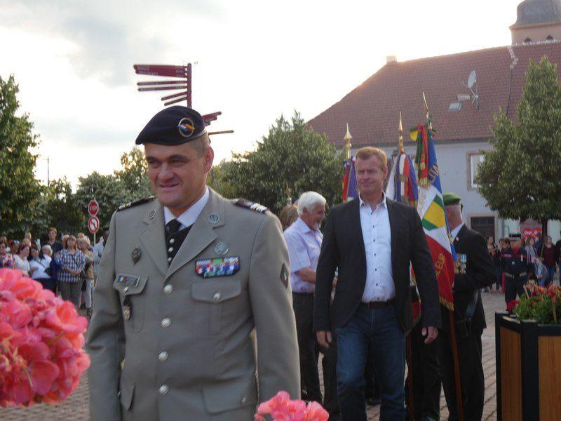 Dépôt de 2 gerbes, salut et remerciements aux porte-drapeaux