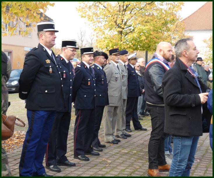 Cérémonie du 11 novembre avec les autorités civiles et militaires, les écoliers de Neuf-Brisach, dépôts de 2 gerbes et verre de l'amitié
