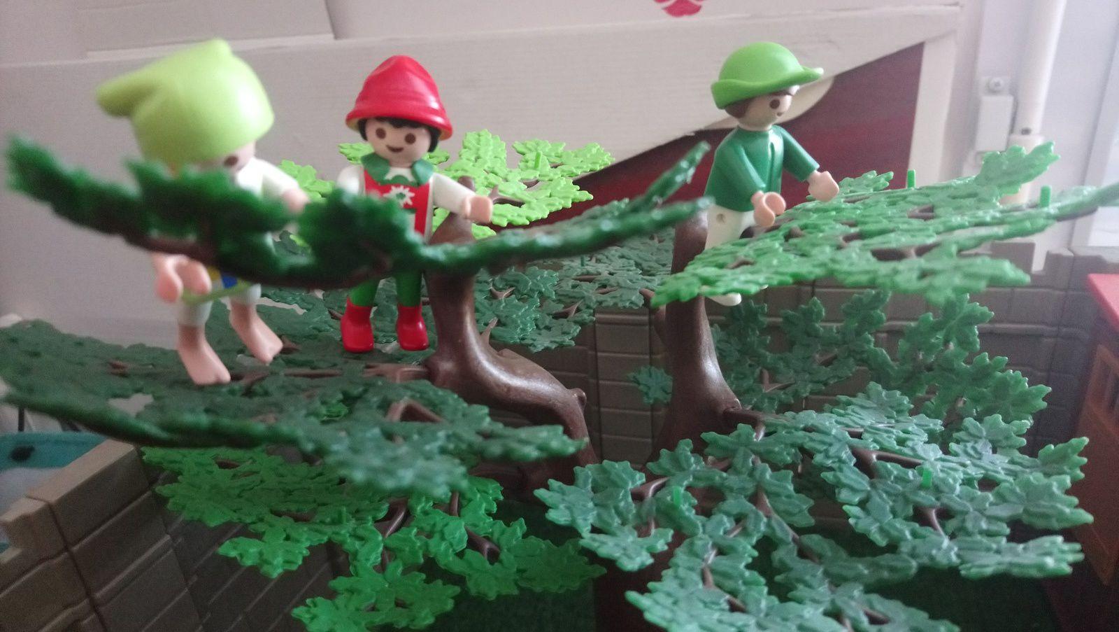 Le garnement aux pommes et ses amis se sont hissés dans un arbre pour jeter un coup d'œil sur ce qui se passe derrière les hauts murs de la maladrerie