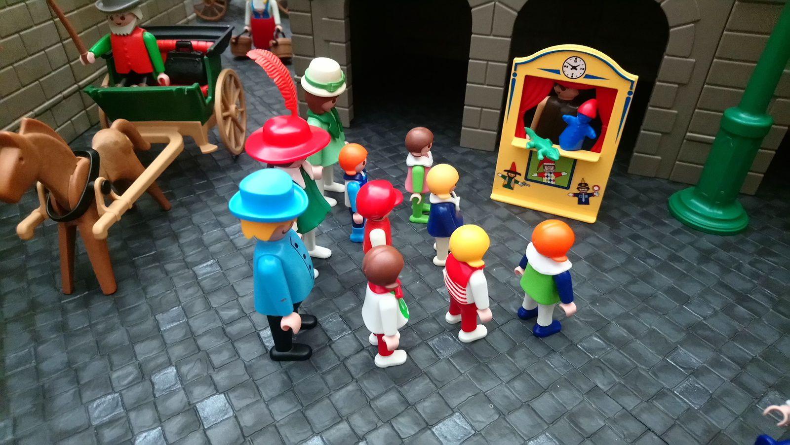 Un spectacle de Guignol amuse les enfants sur la place.