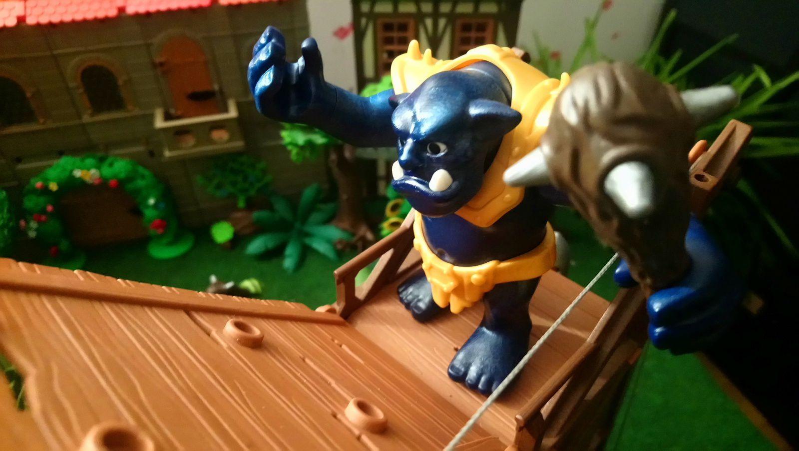 Les nains ont sorti les machines de guerre: alors que le roi des nains sonne le signal de l'attaque, un troll est prêt à prendre la tour d'assaut.