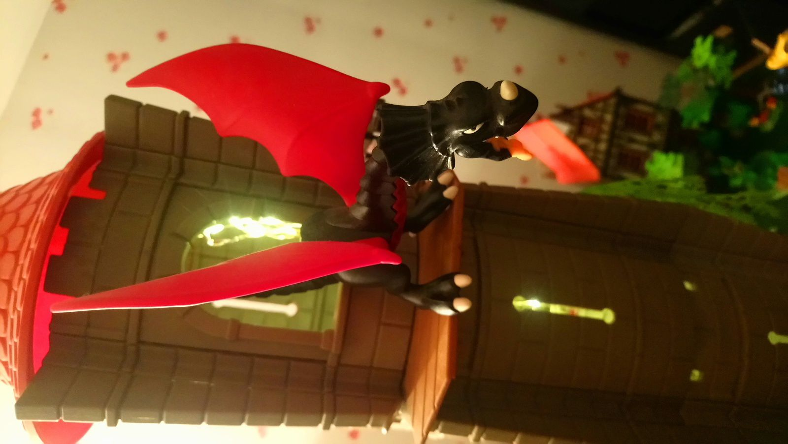 La princesse Kanji, retenue prisonnière par le maléfique dragon Mérull au sommet d'une vieille tour, appelle au secours pour qu'on vienne la délivrer.