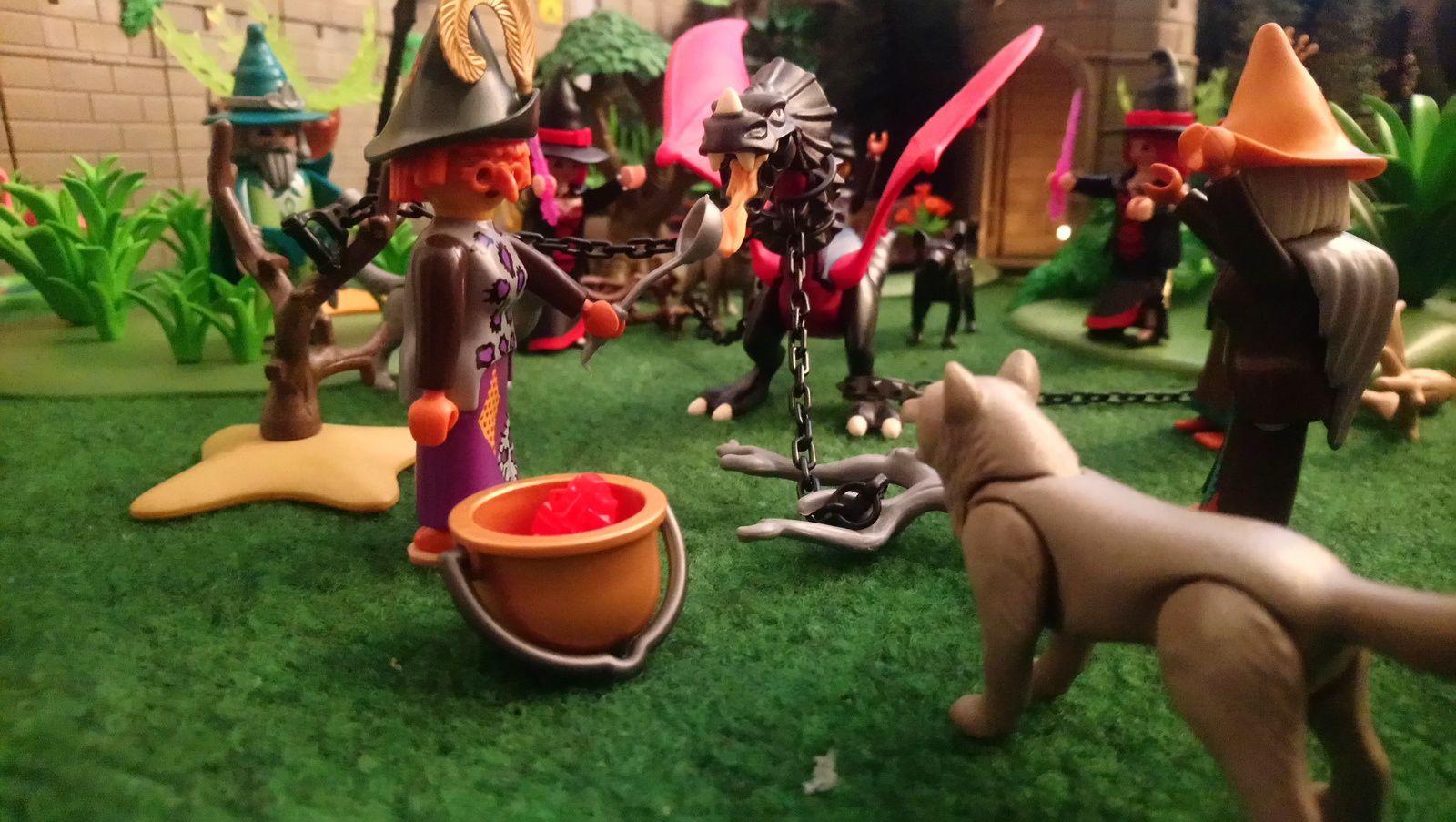Le maléfique dragon Mérull a été capturé et enchaîné par les trolls. Les sorcières entament une danse autour de lui en chantant des incantations magiques pendant que l'une d'elles lui fait boire de la potion magique au flamand rose.