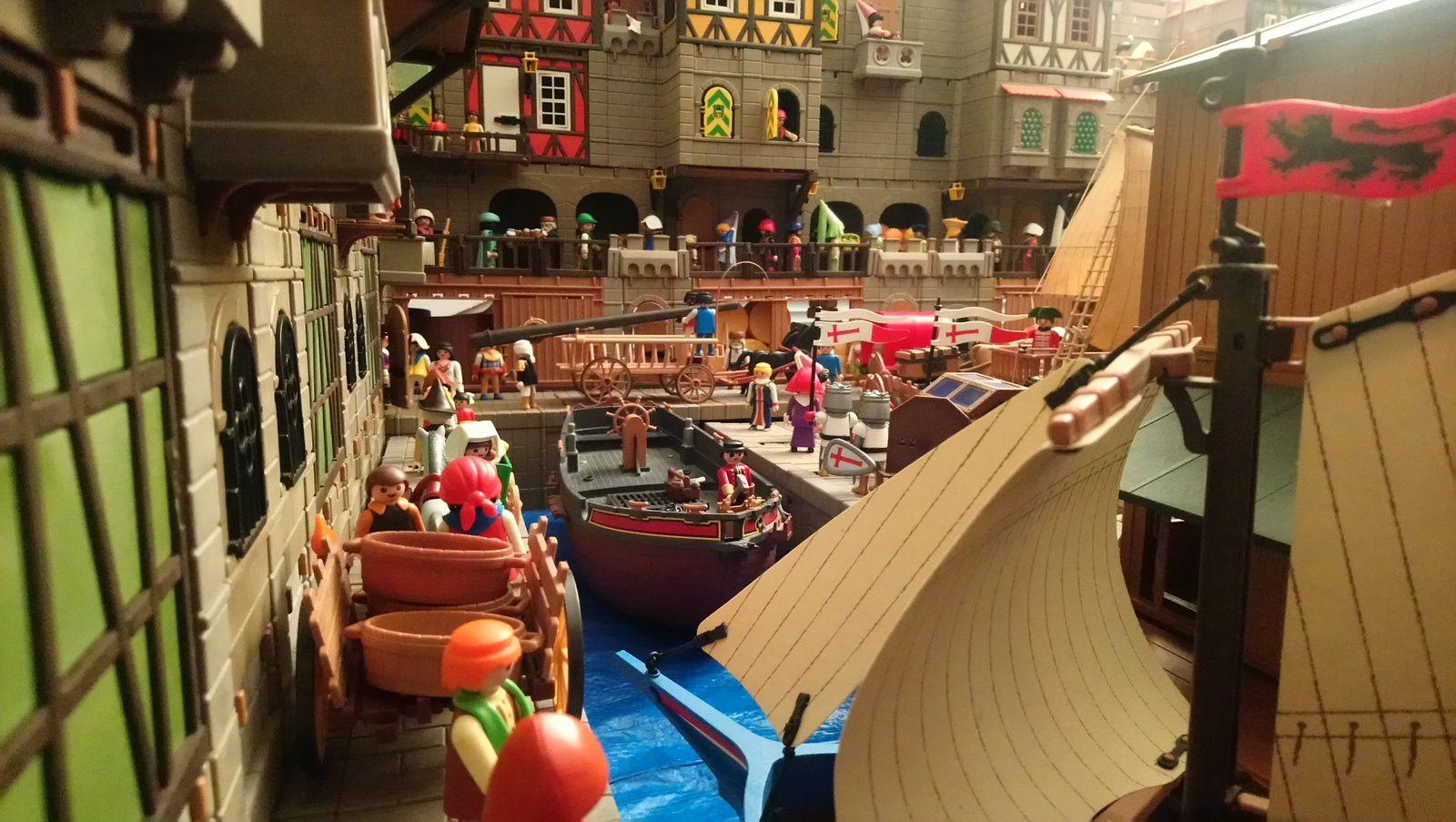 Il est difficile de circuler sur les quais, encombrés de piétons, de chariots, de charrettes, de marchandises prêtes à être chargées à bord des navires à quai