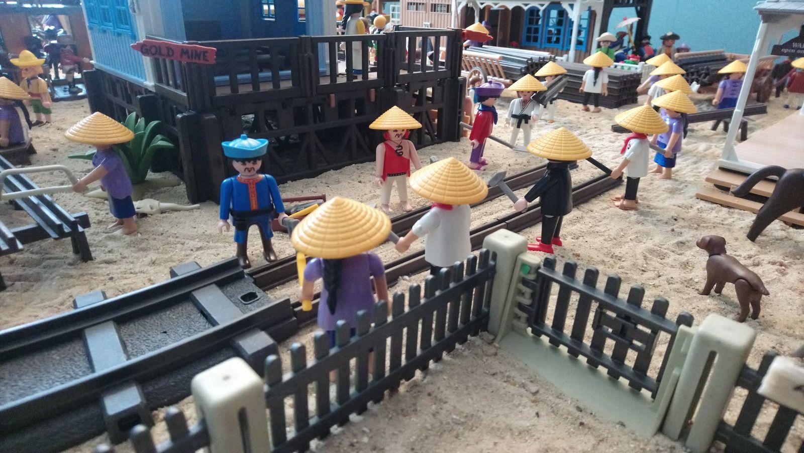 Des dizaines d'ouvriers chinois participent à la construction de la ligne de chemin de fer.