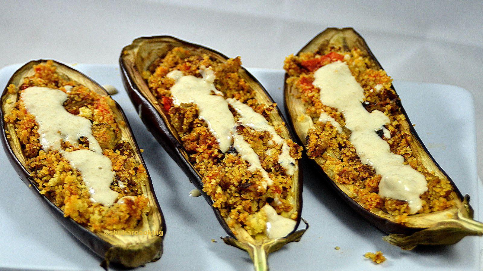 Aubergines, vegans, farcies à la semoule et sauce tahina