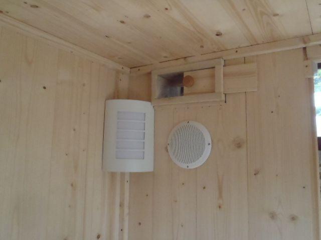 Haut parleur et lumière angle - On peut voir aussi la ventilation haute