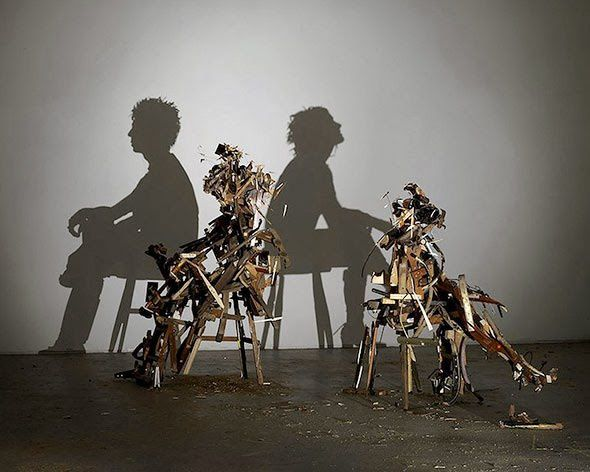 Tim NOBLE & Sue WEBSTER     :  Changements d'humeur brutaux , 2009-2010, escabeaux en bois, bois mis au rebut, projecteur de lumière