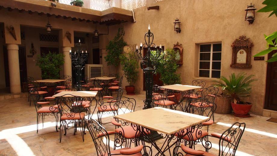 Petit café dans lequel Aimy et Bryan trouvent refuge | Quartier de Bastakiya, Dubaï | Conquise
