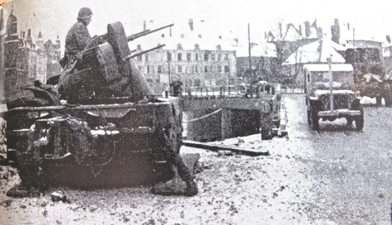 Coupure d'un journal d'époque montrant le pont sur la Moselle à Thionville protégé par une batterie anti-aérienne.
