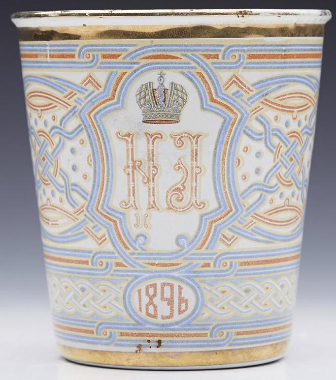 Objets offerts par le Tsar à ses sujets lors de son couronnement : un biscuit, un foulard commémoratif (49*57 cm), une timbale. L'impératrice la surnommera « la tasse du chagrin ». Il est d'usage que les Souverains offrent des cadeaux au peuple lors de leur couronnement.