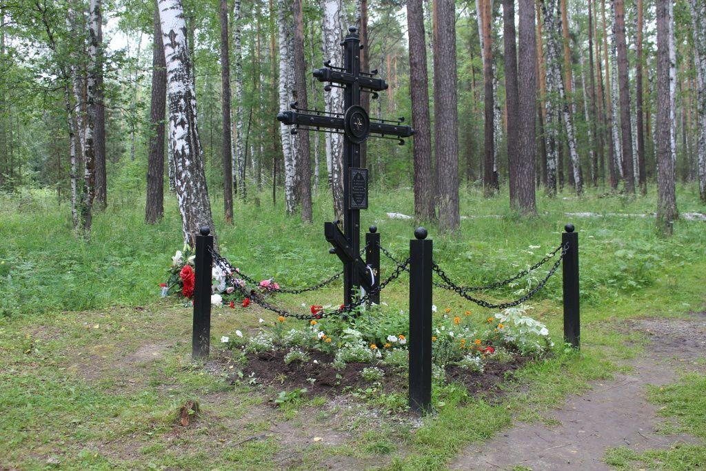 Croix marquant l'endroit où furent retrouvés les restes d'Alexis et de Maria.
