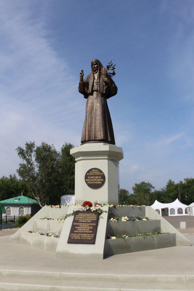 Alapaievsk, centre ville : monument en l'honneur de la Grande-Duchesse Elisabeth, fleuri a l'occasion du centenaire de son assassinat.