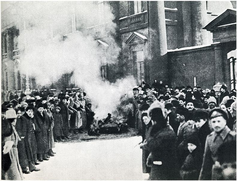 12 mars 1917 : les émeutiers brûlent les symboles monarchistes
