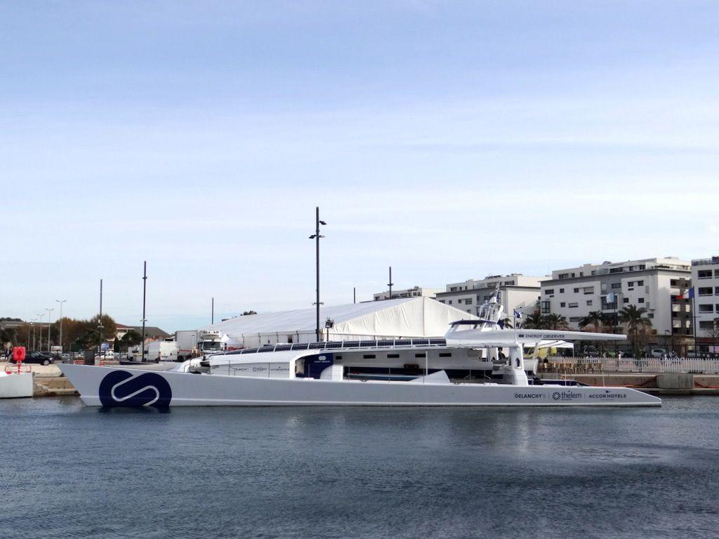 ENERGY OBSERVER ,navire à hydrogène autonome  a quai à Seyne sur Mer le 10 nevembre 2017