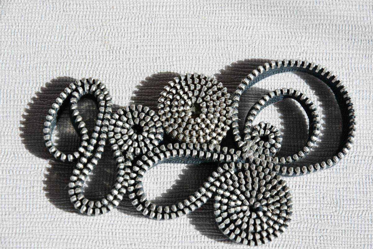 Riciclo Creativo: collana con cerniere grige