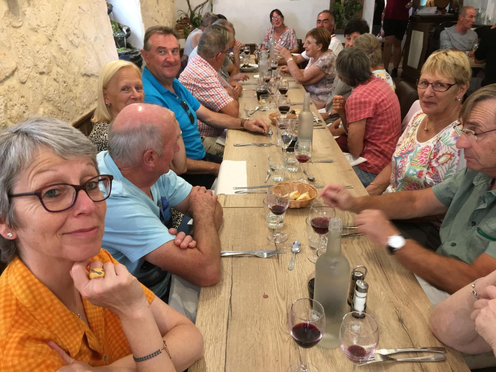 Visite du Grand Site du Pont du Diable le matin, très bon repas à la Taverne de l'Escuelle à Saint-Guilhem, puis visite de l'abbaye et enfin, pour les plus courageux, balade en direction du Bout du Monde et du cirque de l'Infernet (il en manque plusieurs sur la photo!)