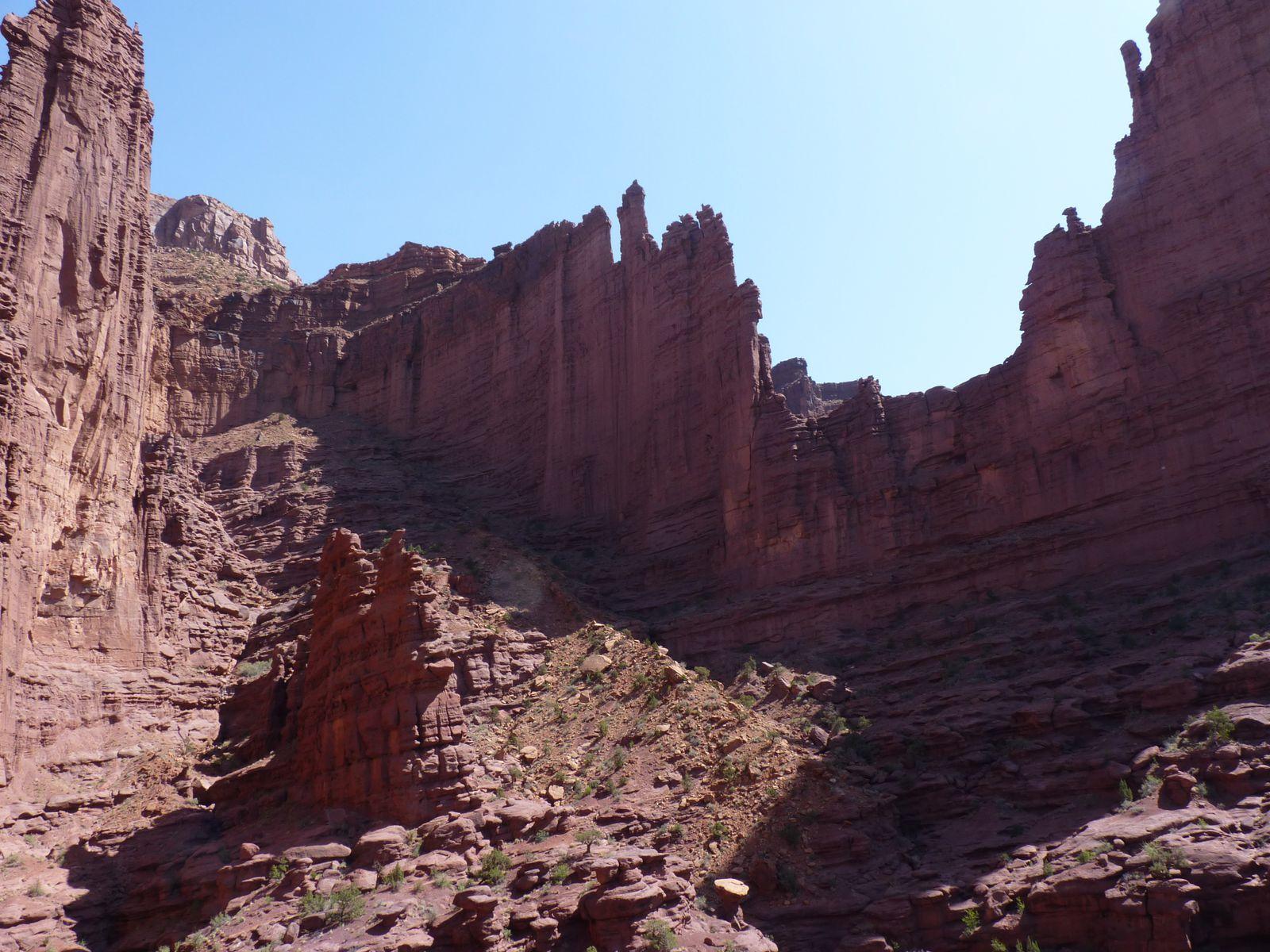De l'autre côté on distingue le chemin. Rassurez-vous, vous n'êtes pas obliger de monter sur la tête du monolithe !