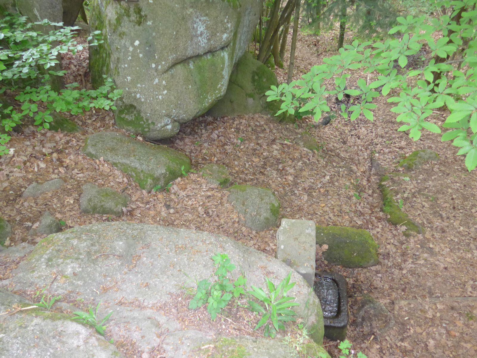 """Sous le rocher du """"petit kiosque"""" coule une petite source captée :  la fontaine Hartmann."""