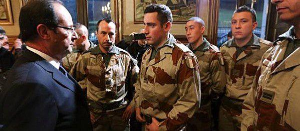 François hollande visite les militaires français en partance pour le Mali