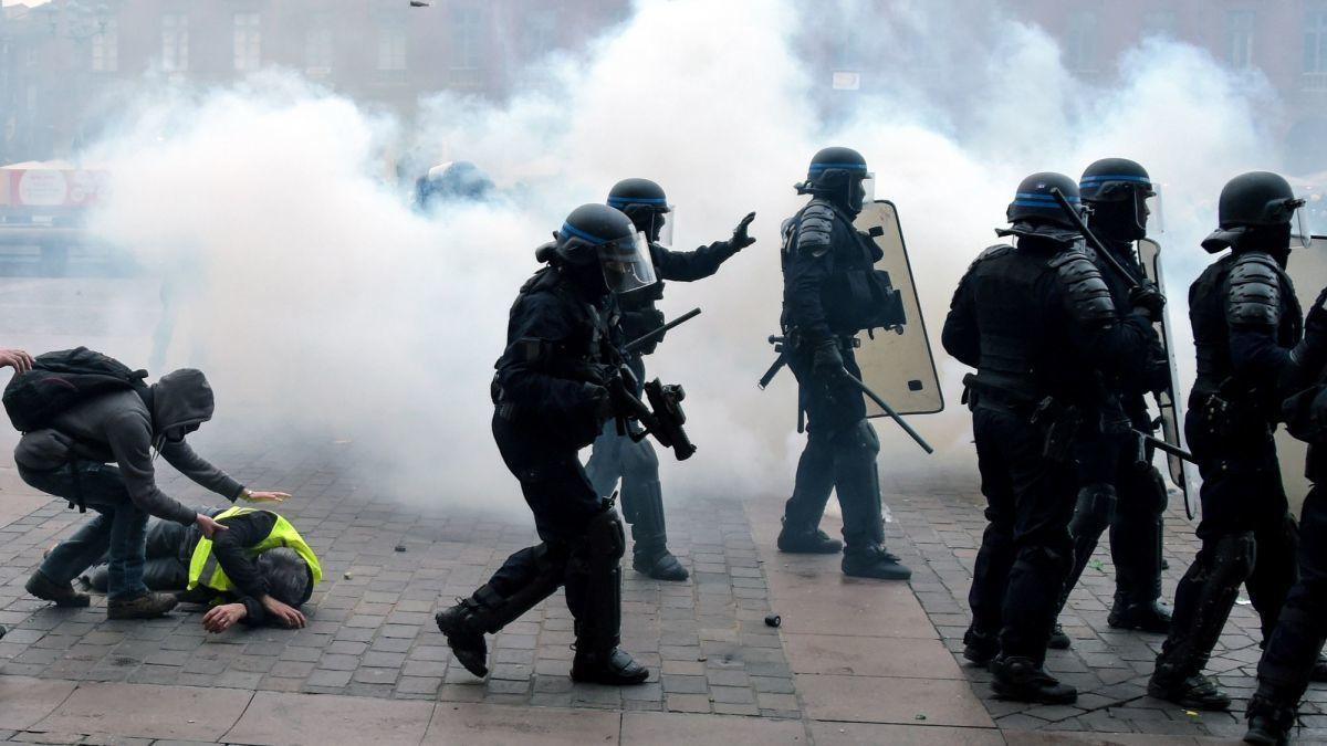 Non, l'hélico n'a pas tiré des lacrymos sur les Gilets jaunes place du Capitole à Toulouse (et à Nîmes non plus)