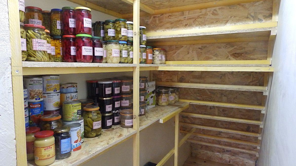 C'est l'endroit idéal de stockage des denrées utilisées en cuisine, et de mes conserves de fruits et légumes du jardin, stérilisées.