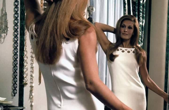 L'heure des derniers ajustements de ce qui sera sa tenue de scène pour l'Olympia 1971! Dalida apparaît telle une Madone blanche et pure face à son public.