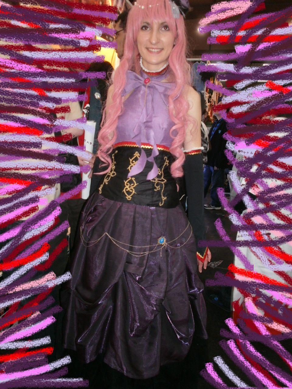 Costume cousu  par la cosplayeuse, en particulier le jupon, les ornements. Très belle réussite !
